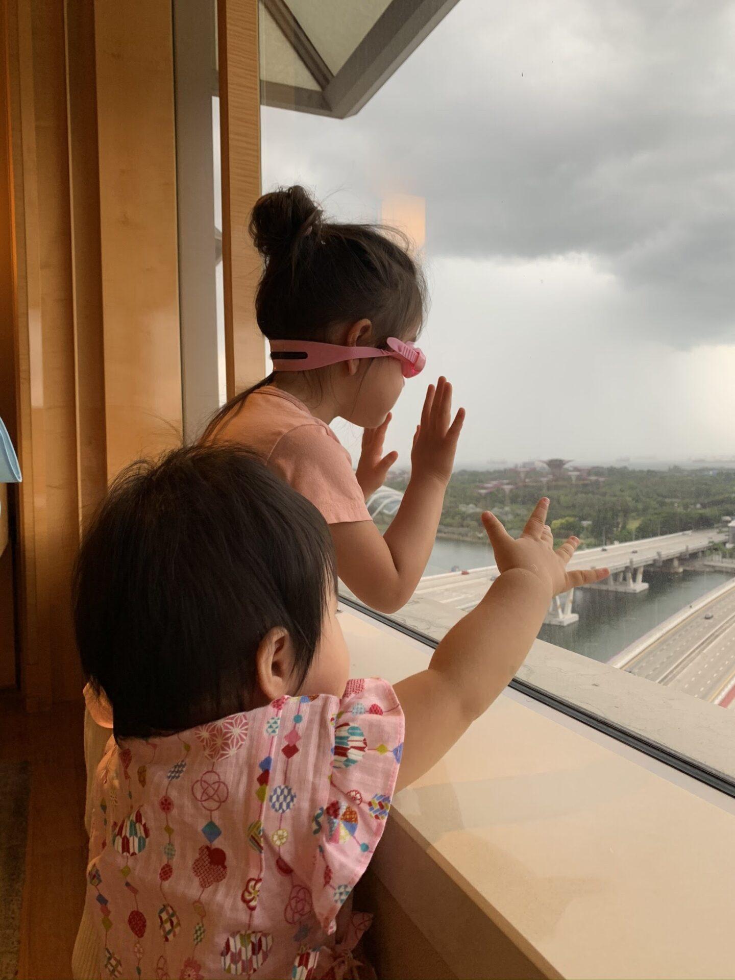 """<幼い娘2人連れて日本からシンガポールに""""帰国"""">14日間の隔離が自宅からホテルに変更。トラブル続きの帰国記録"""