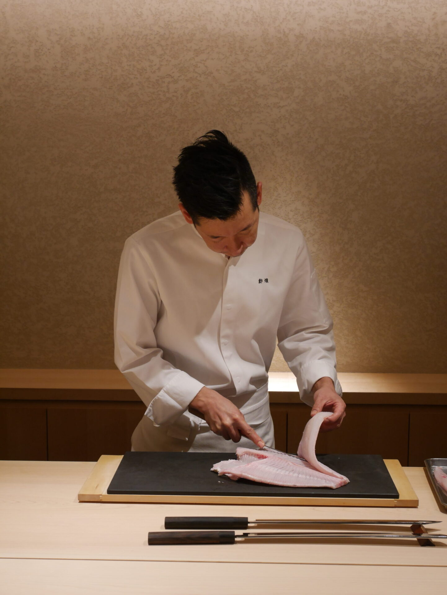 一級食材を極上の鮓へと昇華させる職人技。シンガポールの「鮓煌」の作田氏の仕事とは。