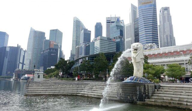 日本を含むハイリスク国を対象に、シンガポール入国後の隔離措置が14日間に短縮。検査キットを使った追加の措置も