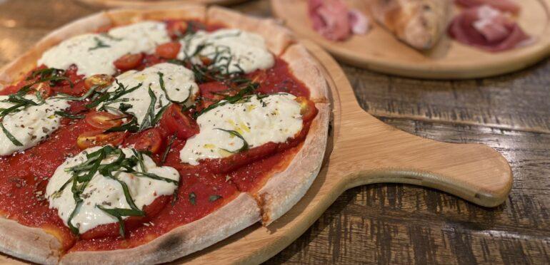 オープンから15年の老舗ピザ店Bella Pizza。もっちもち生地で耳まで美味しく食べられて幸せ気分