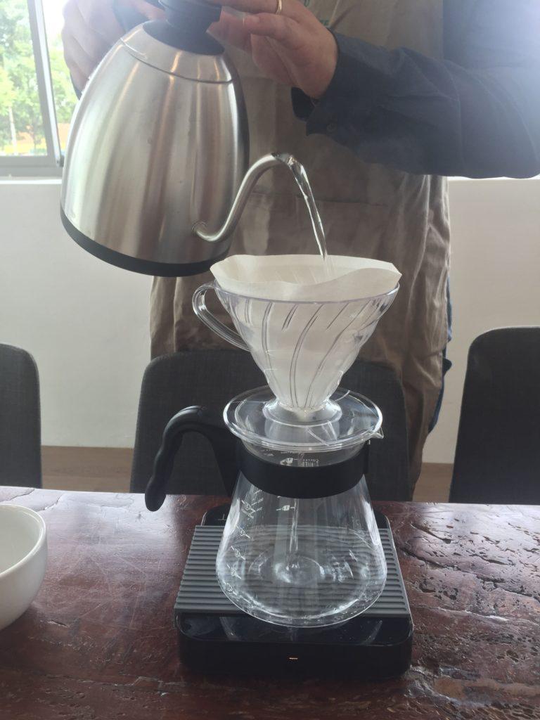 バリスタさんがコーヒーを目の前で入れてくれる1