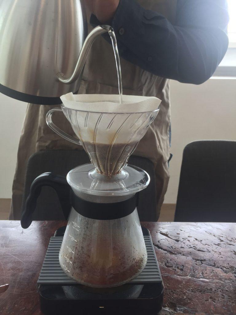 バリスタさんがコーヒーを目の前で入れてくれる2