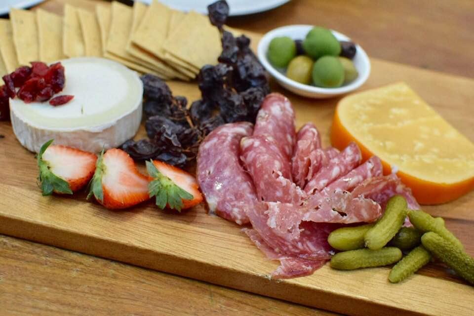 チーズとハムの盛り合わせ