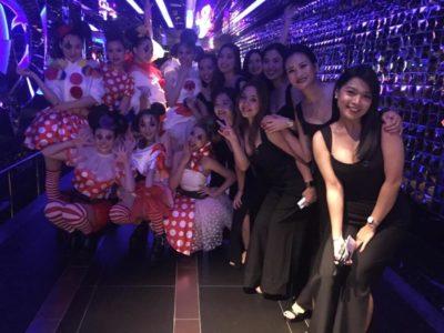 ダンサーとスタッフの女性たち