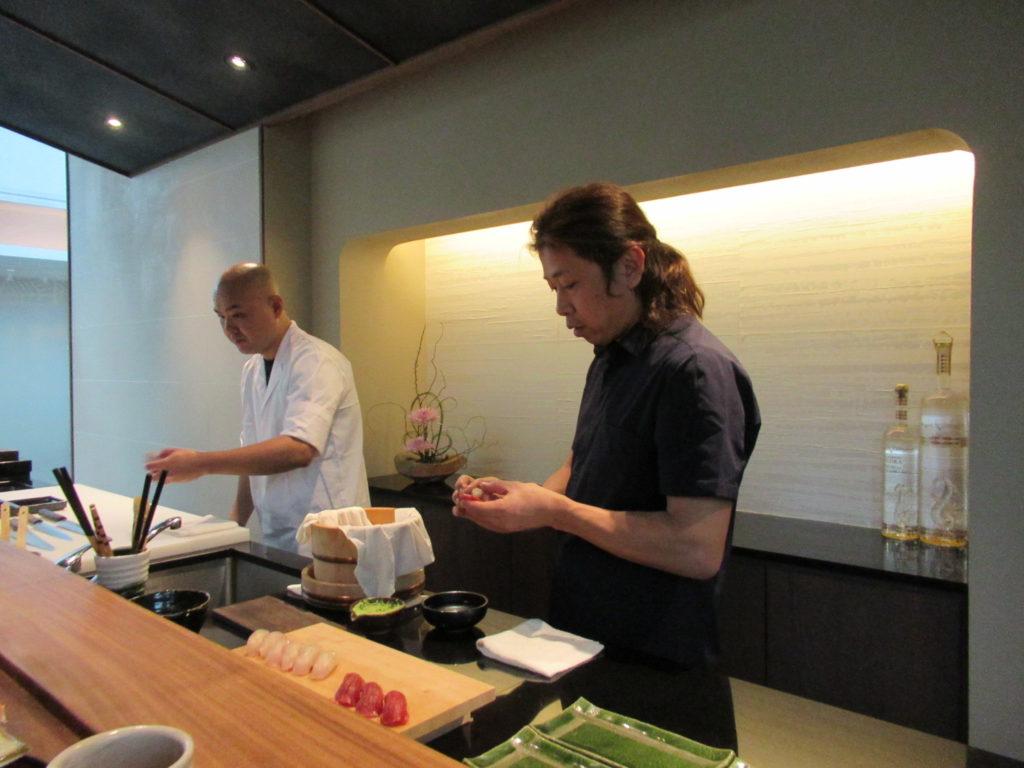 寿司を握るMatobaシェフ