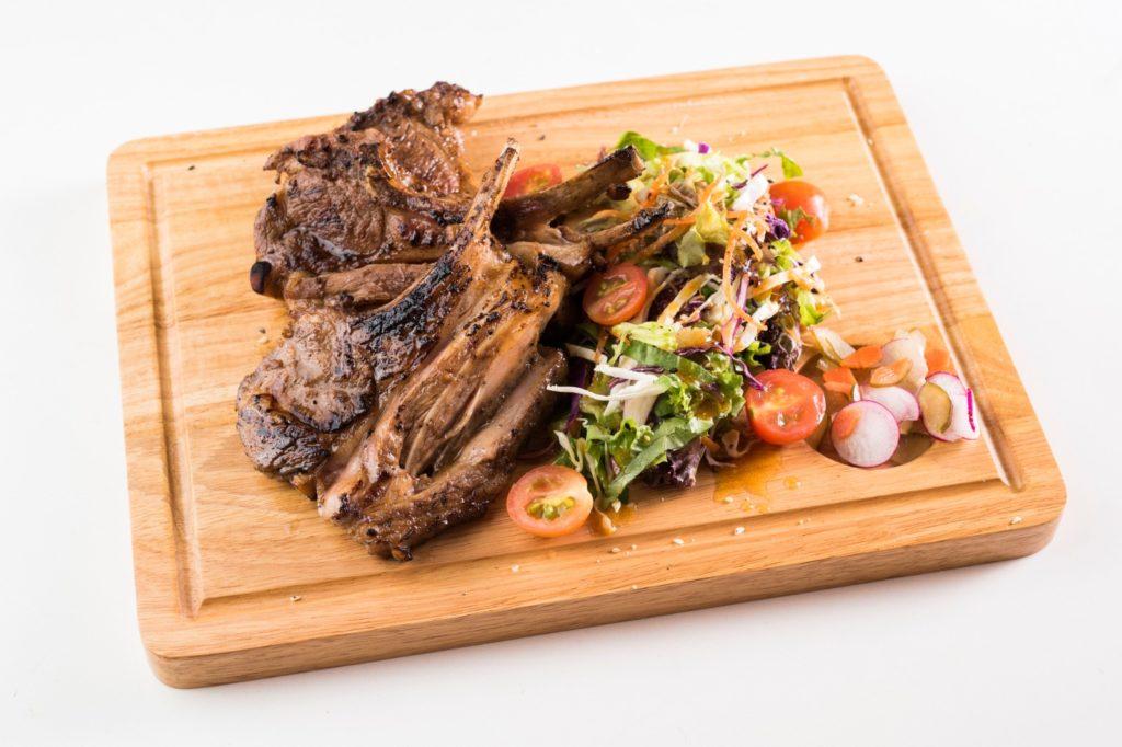 アンガス牛のステーキとラムチョップ